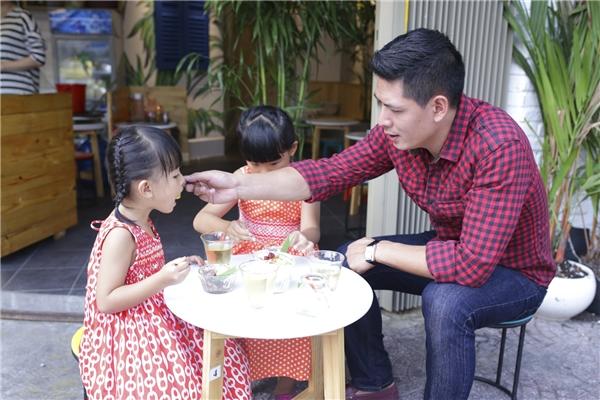 Bình Minh rất chiều chuộng hai con gái, đặc biệt là bé út An Như. Anh chu đáo đút cho con từng muỗng kem. - Tin sao Viet - Tin tuc sao Viet - Scandal sao Viet - Tin tuc cua Sao - Tin cua Sao