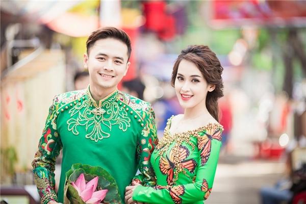 """Trong sắc xanh rạng ngợi sức sống, """"cặp đôi ngôn tình"""" hiện lên với hình ảnh tươi vui, tràn đầy năng lượng trên phố đông. - Tin sao Viet - Tin tuc sao Viet - Scandal sao Viet - Tin tuc cua Sao - Tin cua Sao"""