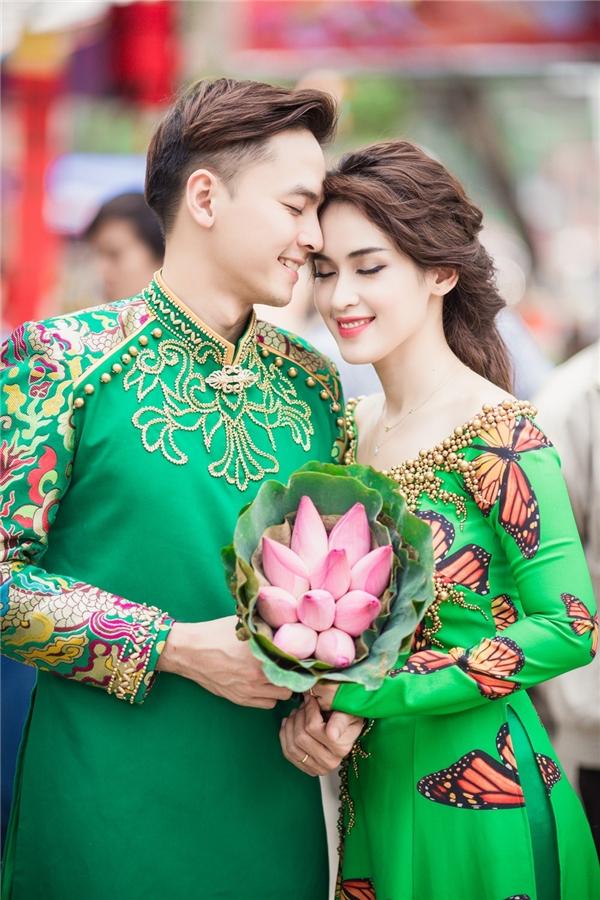 Thiết kế áo dài tông xuyệt tôngmang đến sự đồng điệu cho cặp đôi. - Tin sao Viet - Tin tuc sao Viet - Scandal sao Viet - Tin tuc cua Sao - Tin cua Sao