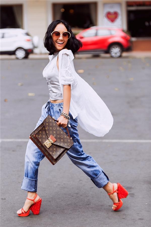 Nữ ca sĩ vốn ưa chuộng vẻ ngoài phóng khoáng, năng động trong phong cách thời trang đời thường. Diện quần baggy cổ điển, Đoan Trang khéo léo kết hợp cùng áo yếm và áo khoác cardigan bên ngoài.