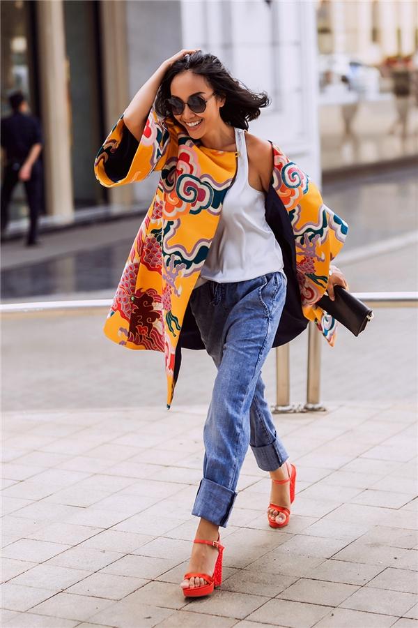 Vẫn là quần baggy, tuy nhiên Đoan Trang lại mang đến những dư vị mới mẻ khi phối cùng áo phông, áo khoác gấm bên ngoài. Cả không gian ấm áp của những ngày đầu xuân như được thu gọn vào cả sắc vàng rực rỡ, nồng nàn.