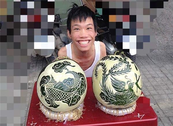 Nụ cười tươi rói đặc trưng của anh Châu bên hai thành phẩm cực kì tinh xảo.(Ảnh: FBNV)