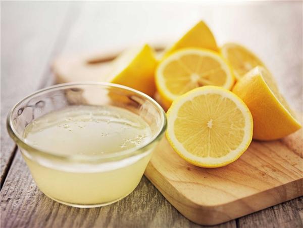 Bạn có thể dùng nước chanh hoặc nước cam để tẩy trắng răng. (Ảnh: Internet)