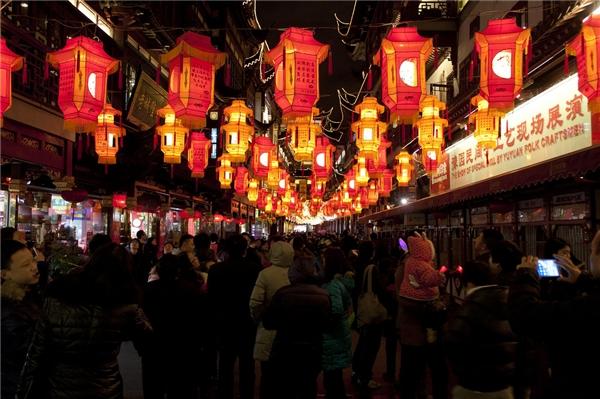 Lễ hội này được tổ chức như một phần của hội đền với đủ các loại hàng hóa đa dạng, thức ăn và màn trình diễn truyền thống. Đặc biệt, bạn sẽ không phải mất tiền mua vé vào cổng.(Ảnh: Internet)