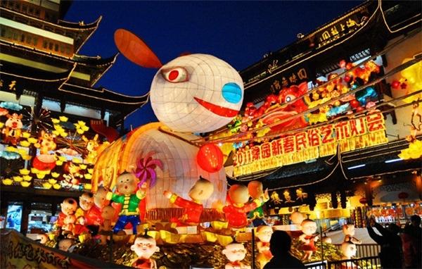 Từ những chiếc đèn lồng đỏ truyền thống tỏa ra ánh sáng lãng mạn đến đèn lồng đủ hình dạng có kích thước khổng lồ… tất cả đều sẵn sàng cho một năm mới đầy hứng khởi. Lễ hội kéo dài đến ngày 25/2.(Ảnh: Internet)