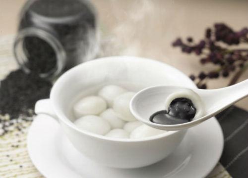 Tangyuan (nhiều vùng còn gọi là Yuan-xiao) tượng trưng cho sự đoàn viên, bởi hình tròn của nó thể hiện sự hoàn chỉnh, hòa hợp và thống nhất trong gia đình. Tangyuan được làm từ gạo nếp, bột, nước, chất tạo màu, viên lại thành hình trong nhỏ, nấu trong nước, có thể bọc vừng đen hoặc hạt đậu đỏ…(Ảnh: Internet)