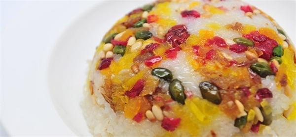 """Babaofan là tên gọi của một loại bánh gạo rất phổ biến ở Thượng Hải, được coi là món bánh chứa 8 """"kho báu"""" – chính là thành phần bổ dưỡng làm nên bánh: gạo nếp, đậu đỏ, gia vị (đường và dầu), thịt long nhãn, hạt thông, quýt, bí và anh đào.(Ảnh: Internet)"""