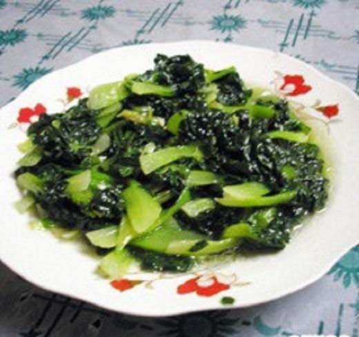 Cải xào takecai được người Thượng Hải dùng trong bữa ăn đầu năm với niềm tin rằng năm mới này sẽ không gặp xui rủi, cay đắng nữa.(Ảnh: Internet)