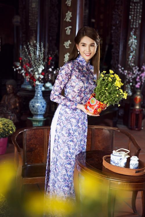 Thay vào những sắc màu tươi tắn, Ngọc Trinh lại nền nã, đằm thắm với sắc xanh pha tím ngọt ngào, trầm mặc. Những bông hoa đan cài vào nhau thoắt ẩn thoắt hiện tạo nên hiệu ứng thị giác khá bắt mắt.