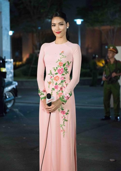 Lan Khuê dẫn đầu xu hướng với tông hồng đào ngọt ngào, trẻ trung. Thiết kế cổ tròn điệu đà được tạo điểm nhấn bằng họa tiết hoa thêu tay tỉ mỉ, tinh tế.