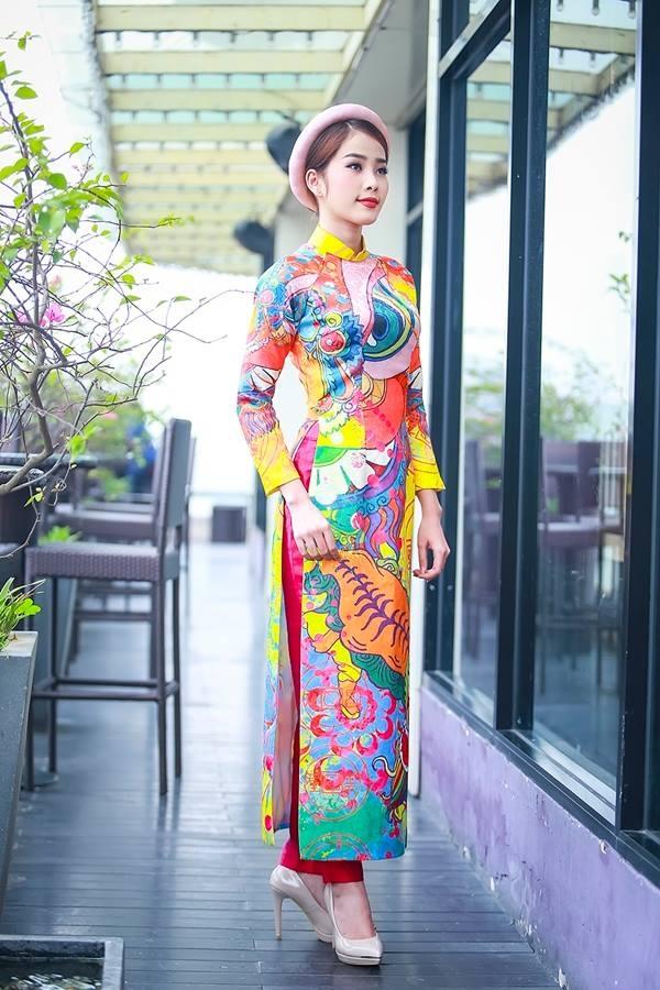 Áo dài của nữ ca sĩ Nam Em lại gây ấn tượng bởi sự hòa trộn những tông màu nổi bật cùng họa tiết trừu tượng mang âm hưởng truyền thống.