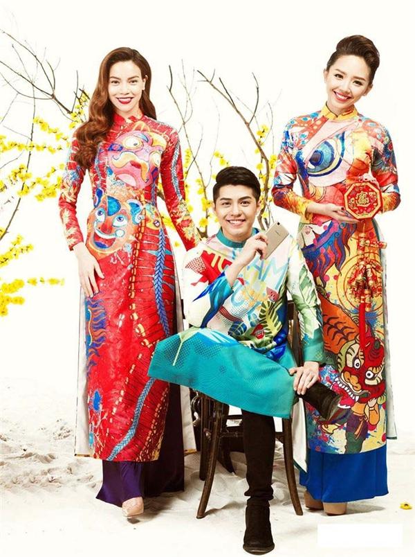 Hình ảnh lân sư rồng đặc trưng cho Tết truyền thống của người Việt Nam được khắc họa chân thực trên tà áo của Hồ Ngọc Hà, Tóc Tiên. Trong khi đó, Noo Phước Thịnh lại trẻ trung, tươi tắn với sắc xanh của trời, của bánh chưng, dưa hành được in 3D độc đáo trên tà áo.