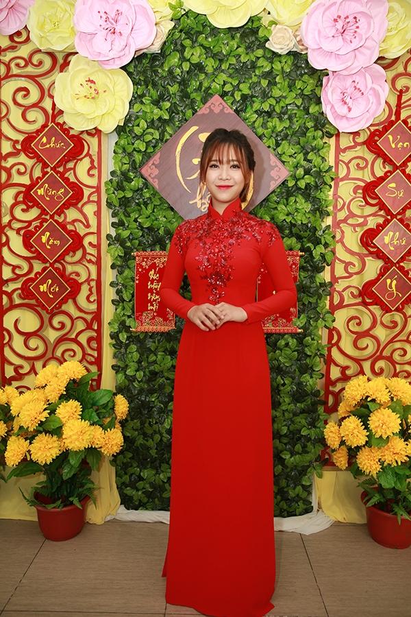Lấy sắc đỏ nồng nàn làm chủ đạo, bộ áo dài mà Bảo Uyên diện ghi điểm bởi sự tinh tế trong việc bố trí, đan cài những họa tiết hoa lá trên nền chất liệu ánh kim nổi bật.