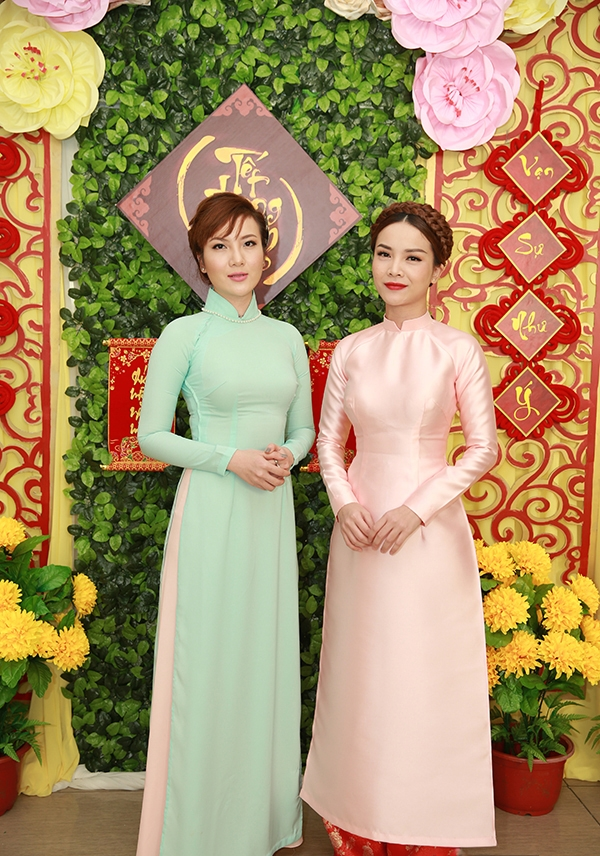 Diện áo dài đơn sắc, Yến Trang và Yến Nhi vẫn nổi bật nhờ sự ngọt ngào của hai tông màu hợp xu hướng.