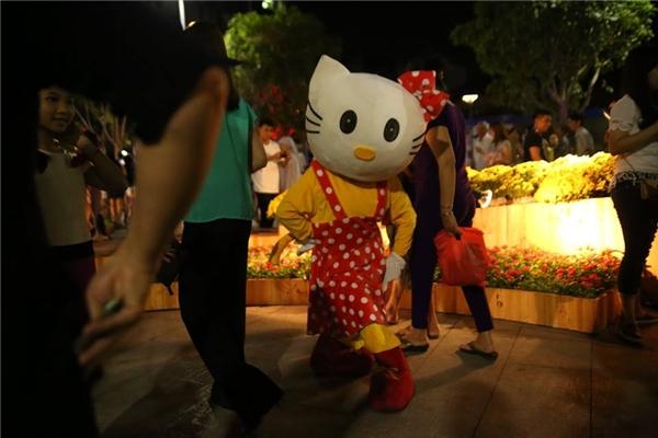 """""""Em bé"""" Hello Kitty gây chú ý trên đường hoa Nguyễn Huệ trong ngày khai mạc. Ảnh: Gà"""