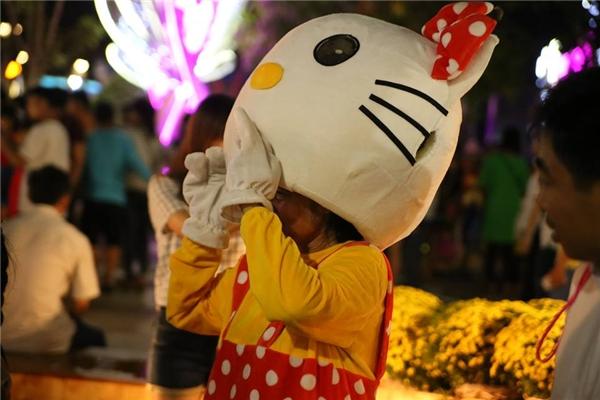 Xót xa bà cụ mặc áo Hello Kitty mưu sinh tại đường hoa Nguyễn Huệ