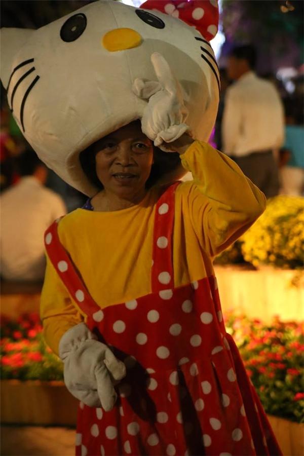 Do thời tiết Sài Gòn hiện nay khá oi bức nên việc bà Huê mặc áo dày như thế khiến bà rất mệt. Ảnh: Gà