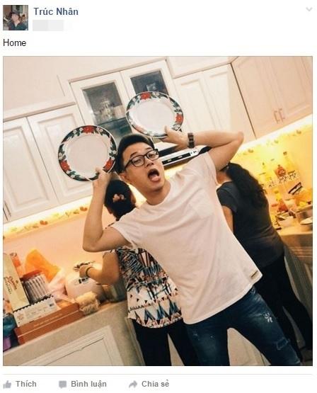 """Trúc Nhân cùng gia đình nhỏ đang nấu nướng chuẩn bị bữa cơm tất niên gia đình. Nam ca sĩ vẫn giữ nguyên phong cách nhắng nhít thường thấy khiến fan """"cười như nắc nẻ"""". - Tin sao Viet - Tin tuc sao Viet - Scandal sao Viet - Tin tuc cua Sao - Tin cua Sao"""