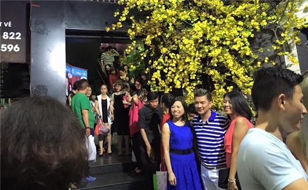 """""""Ông hoàng nhạc Việt"""" vui vẻ chụp ảnh cùng các fan yêu quý. - Tin sao Viet - Tin tuc sao Viet - Scandal sao Viet - Tin tuc cua Sao - Tin cua Sao"""