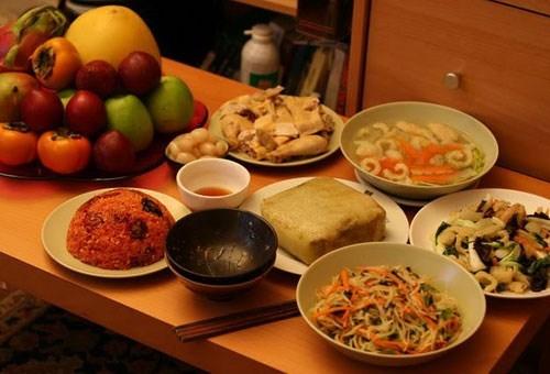 Với hầu hết người Việt, bữa cơm tất niên chiều 29, 30 Tết là khoảnh khắc thiêng liêng của mọi gia đình.