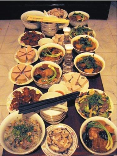 Bữa cơm tất niên làm thịnh soạn hơn ngày thường.