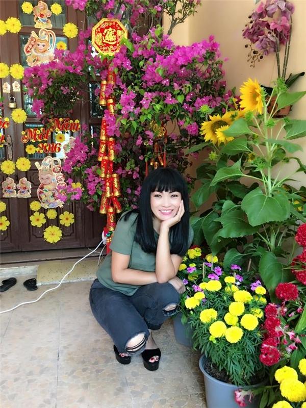 Nữ ca sĩ Trống vắng nở nụ cười tươi rói bên những khóm hoa xuân. - Tin sao Viet - Tin tuc sao Viet - Scandal sao Viet - Tin tuc cua Sao - Tin cua Sao