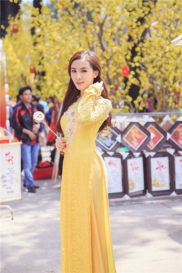 Kellyrạng rỡtrong màu áo vàng hòa lẫn với sắc của những cành mai xung quanh. - Tin sao Viet - Tin tuc sao Viet - Scandal sao Viet - Tin tuc cua Sao - Tin cua Sao
