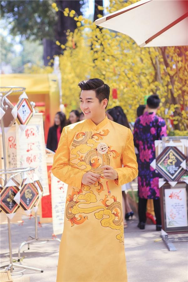 Nam Hee bảnh bao với tà áo truyền thống mang sắc vàng đồng điệu bên cạnh cô bạn thân xinh đẹp. - Tin sao Viet - Tin tuc sao Viet - Scandal sao Viet - Tin tuc cua Sao - Tin cua Sao