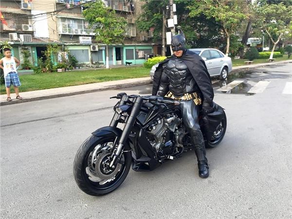 Batman bất ngờ xuất hiện trên đường phố Sài Gòn.(Ảnh: FBNV)
