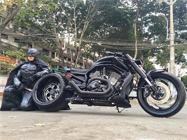 Chiếc mô tô cực chất cùng bộ quần áo độc đáo của anh khiến nhiều người thích thú.(Ảnh: FBNV)