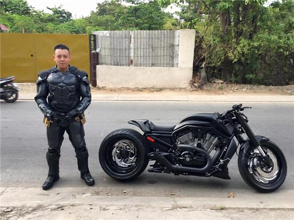 Chàng Batman gây náo loạn ấy chính là biker Trần Quang Đức.(Ảnh: FBNV)