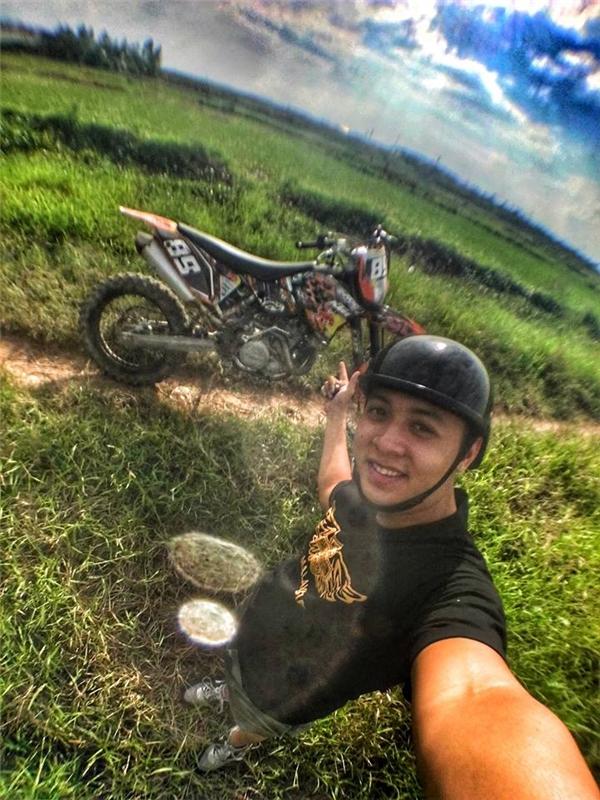 Anh chàng nàykhá nổi tiếng trong giới biker Việt nhờ bộ sưu tập mô tô độc lạ.(Ảnh: FBNV)