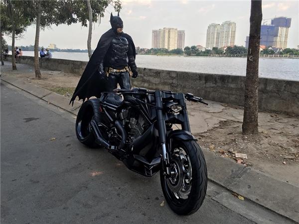 Xôn xao hình ảnh Batman trên đường phố Sài Gòn - H98