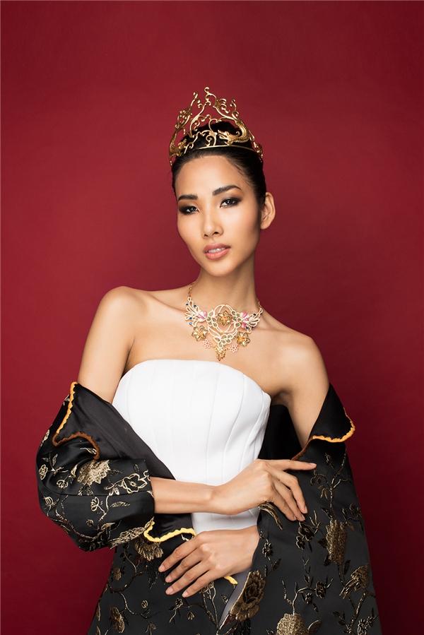Nét đẹp văn hóa Á đông được lồng ghép kéo léo qua chiếc áo choàng gấm với những họa tiết thêu tay mang đậm âm hưởng cung đình.