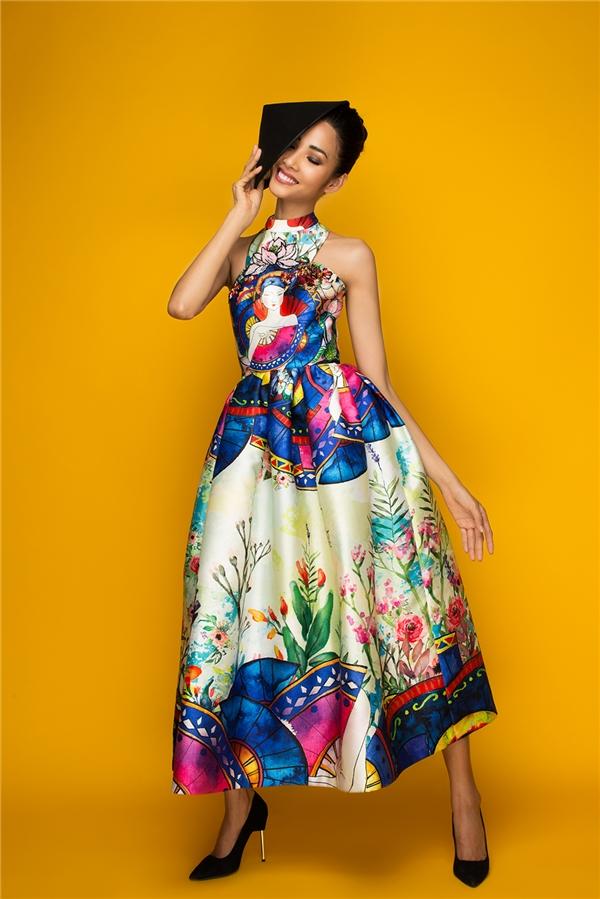 Trong khi đó, dáng váy xòe lại mang đến vẻ ngoài điệu đà, thướt tha hơn cho Hoàng Thùy. Hàng loạt họa tiết với những tông màu nổi, tươi tắn được hòa trộn vào nhau tạo nên một bức tranh mùa xuân muôn màu muôn vẻ.