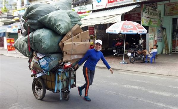 ChịHồngrạng rỡ thu gom rác.(Ảnh: Internet)