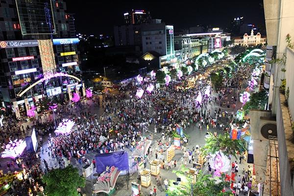 Theo đó, các đường tuyến tại trung tâm Sài Gòn rực rỡ ánh đèn được trang hoàng từ trước đó nhiều ngày. Ảnh: Internet