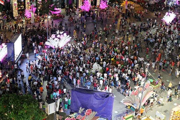 Dòng người khắp các nơi đổ về khu trung tâm Sài Gòn để du xuân và chờ thưởng thức màn pháo hoa nghệ thuật mỗi lúc một đông. Các phương tiện di chuyển ngày càng khó khăn, nếu không nói là rất chậm. Ảnh: Internet