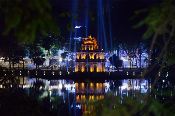 Cũng như mọi năm, khu vực quanh Hồ Gươm luôn là điểm có sức hút lớn nhất với người dân, và tối ngày cuối năm nơi đây trở nên lung linh dưới ánh sáng của hàng nghìn ngọn đèn led được trang trí trên các cột đèn, thân cây cổ thụ. Ảnh: Internet