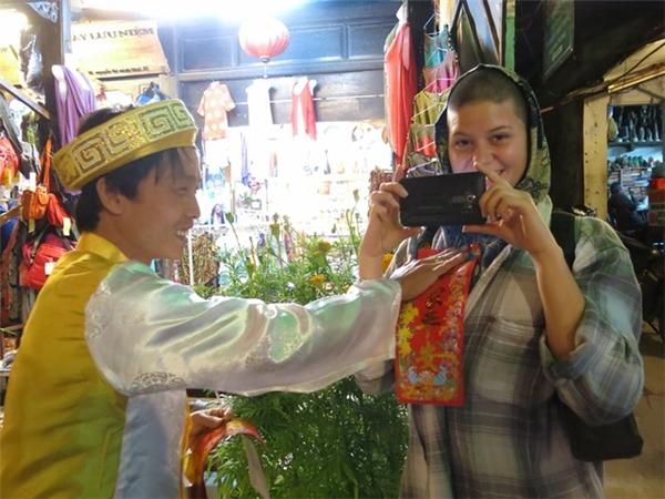 Người nước ngoài cùng xuống đường để đón xuân cùng người Việt. Ảnh: Internet