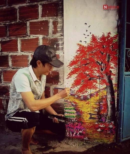 Phạm Đức không chỉ viết chữ đẹp mà còn vẽ giỏi. Trong ảnh chàng trai đang trang trí cho cổng nhà mình thêm rực rỡ đón Tết.
