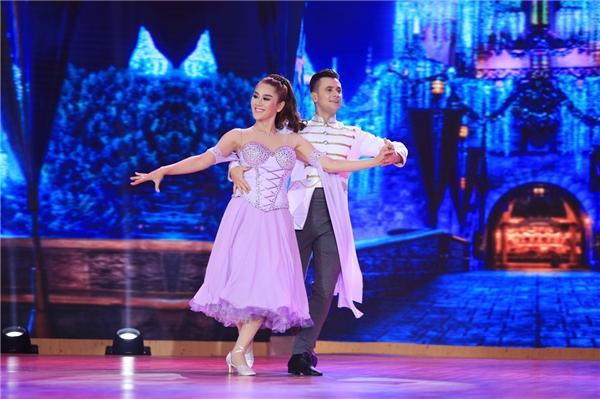 Lâm Chi Khanh mang câu chuyện về cuộc đời của mình lên sân khấu Bước nhảy hoàn vũ 2016 với ươc mơ được làm công chúa và tìm được chàng hoàng tử đẹp trai. - Tin sao Viet - Tin tuc sao Viet - Scandal sao Viet - Tin tuc cua Sao - Tin cua Sao