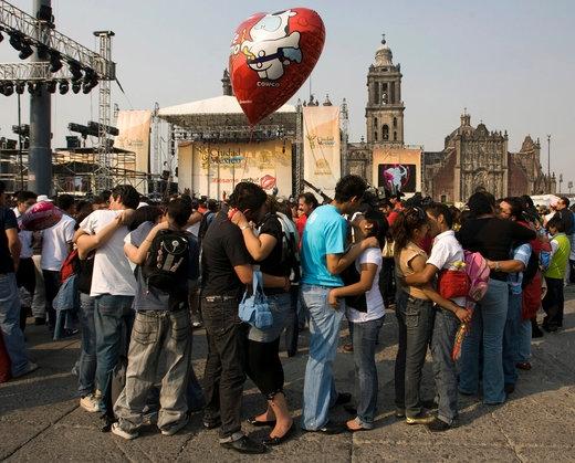 """Gần 40.000 người đã tụ họp ở quảng trường Zocalo, thủ đô Mexico City, Mexico trong lễ Tình nhân năm 2009 để thiết lập kỉ lục """"màn khóa môi tập thể lớn nhất thế giới""""."""