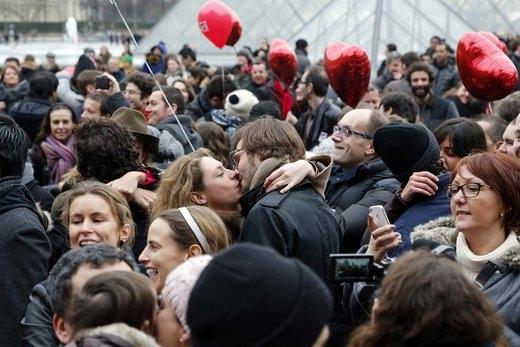 Hơn 835 nụ hôn đã được trao nhau nhân sự kiện Kiss Mob tổ chức trước lễ Tình Nhân một ngày tại Pháp.