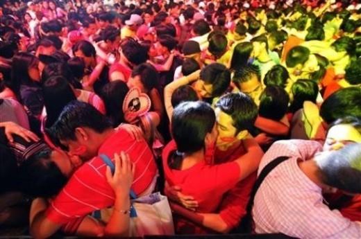 Rất nhiều cặp tình nhân đã quy tụ trong lễ kỷ niệm Vanlentine Lovapalooza hàng năm tại Manila (Philippines) để đồng loạt trao tặng nửa kia nụ hôn say đắm nhất.
