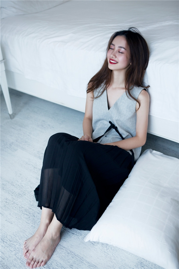 Trong mùa Xuân - Hè 2016 này, xếp li sẽ trở thành xu hướng được ưa chuộng nhất. Jun Vũ khéo léo kết hợp chân váy xòe kinh điển cùng áo có cấu trúc bất đối xứng cá tính, hiện đại.