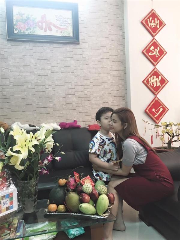 """Trương Quỳnh Anh phát lộc lì xì cho thiên thần nhỏ Sushi và được cậu bé """"mừng tuổi"""" bằng nụ hôn nồng cháy. - Tin sao Viet - Tin tuc sao Viet - Scandal sao Viet - Tin tuc cua Sao - Tin cua Sao"""