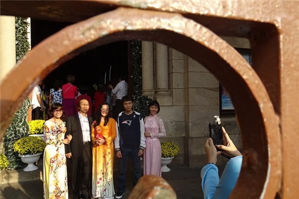 Thời tiết Sài Gòn sáng nay đã se lạnh, nên nhiều người du xuân đầu năm đã khoác áo ấm. Ảnh: Internet