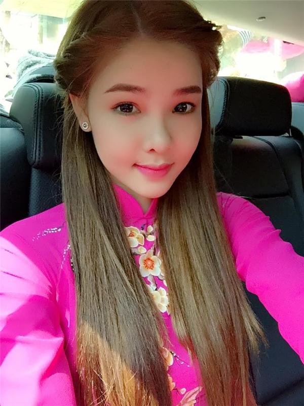Trong tà áo dài hồng rực rỡ với điểm nhấn là những bông hoa được đính trên thân áo, người đep Kỳ Hân xuất hành lên chùa cầu mong những điều may mắn, hạnh phúc trong năm Bính Thân 2016. - Tin sao Viet - Tin tuc sao Viet - Scandal sao Viet - Tin tuc cua Sao - Tin cua Sao