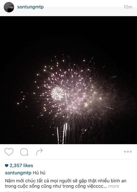 Khi chuông đồng hồ điểm 12 giờ, Sơn Tùng lập tức ghi lại hình ảnh pháo hoa cháy sáng trên bầu trời kém theo lời chúc đến người hâm mộ. - Tin sao Viet - Tin tuc sao Viet - Scandal sao Viet - Tin tuc cua Sao - Tin cua Sao